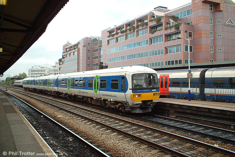 165111 arriving at Reading, 9th October 2003.
