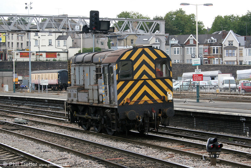 09105 trundles through Newport on 26th September 2005.