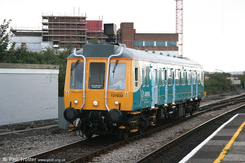 55032 arrives at Queen Street with the 1704 from Cardiff Bay on 10th October 2006.