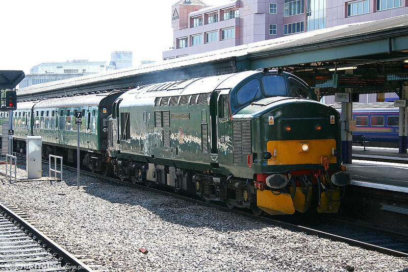 37411 arrives at Reading on 29th May 2006 with 5Z20 0952 Old Oak Common to Tavistock Junction ECS.