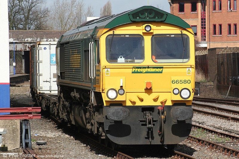 Lunchtime at Banbury; Freightliner 66580 pauses on 28th March 2006.