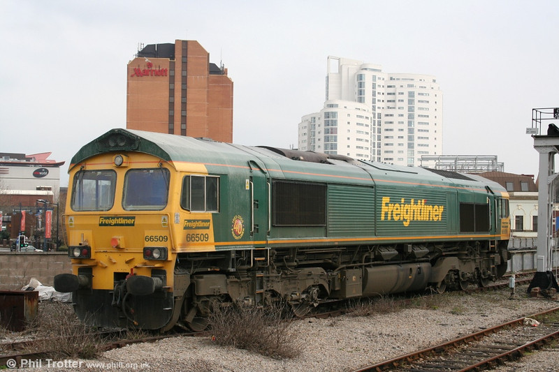 As a consequence of new contracts won by Freightliner from EWS, class 66s are stabled at Cardiff Central. This is 66509 on 15th April 2006.