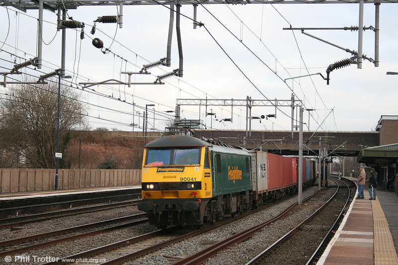 Freightliner 90041 speeds through Tamworth with 4M81, 0745 Felixstowe - Ditton on 29th January 2007.