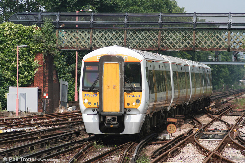 South Eastern's 375620 approaches Redhill with the 1252 Tunbridge Wells to Horsham service on 9th June 2007.