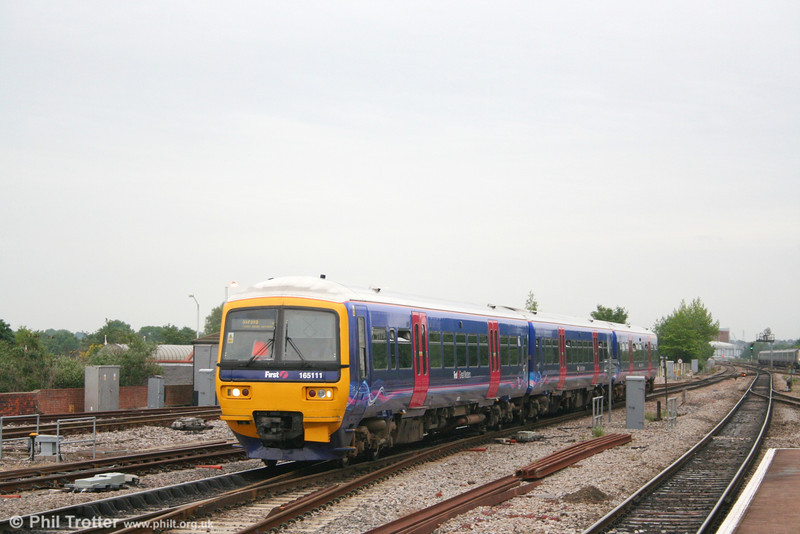 FGW is making good progress with reliverying its class 165s and 166s. Here. 165111 calls at Reading forming the 1700 Paddington - Oxford stopping service on 21st May 2007.