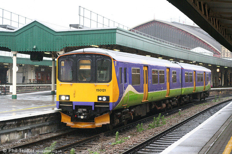 To help compensate for an impending shortage of units, FGW has borrowed two former Silverlink class 150/1s. 150121 departs from Bristol Temple Meads forming the 1140 Filton Abbey Wood to Weston-super-Mare on 8th December 2007.