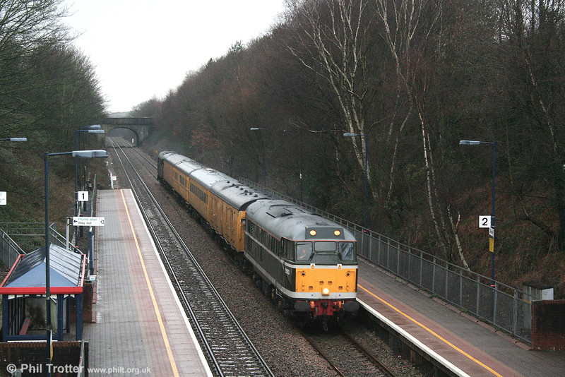 31190 (D5613) heads through Skewen with the substitute NMT, forming 1Z94, 1501 Swansea to Derby on 26th January 2007. 31106 is at the rear.