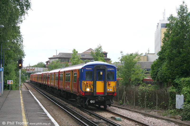 SWT 455 719 approaches Teddington with the 1701 London Waterloo to London Waterloo via the Kingston Loop (anticlockwise) on 25th July 2007.