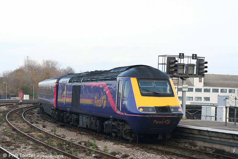 43015 draws into Bristol Temple Meads with the 1300 departure from London Paddington on 17th November 2007.