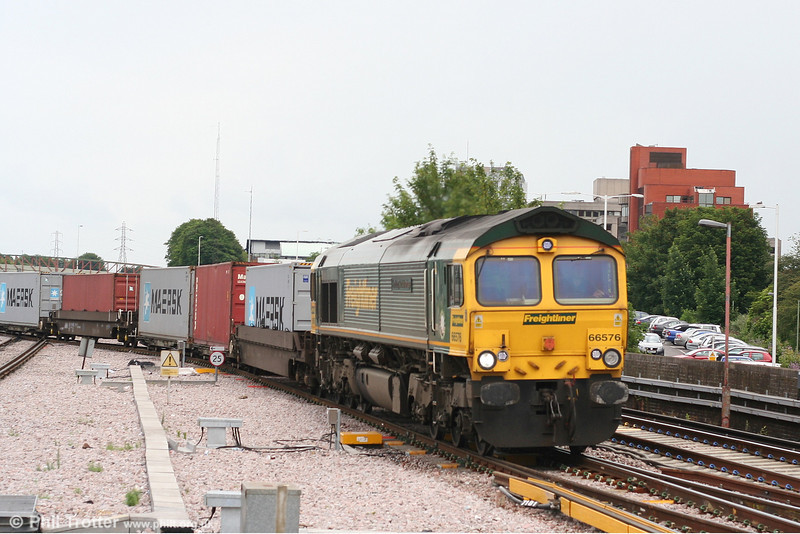 66576 'Hamburg Sud Advantage' at Basingstoke with 4O54, 0533 Leeds - Southampton on 16th June 2007.