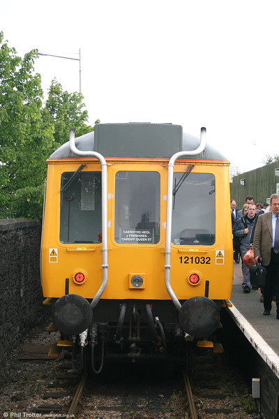 A once-familar face around the Cardiff area; ATW's class 121 no. 55032 unloads its passengers at Cardiff Bay before refturning to Queen Street at 0849 on 10th May 2007.