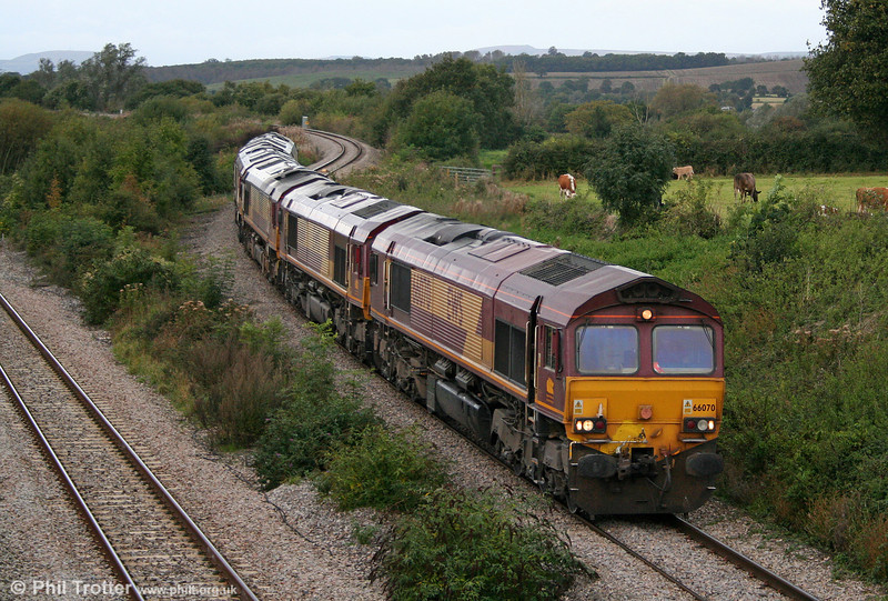 66070 leads four of its sisters (66164, 66025, 66174 and 66050 'EWS Energy') through Llandevenny on 4th October 2008. The movement was 0R66 from Newport ADJ to Bescot.