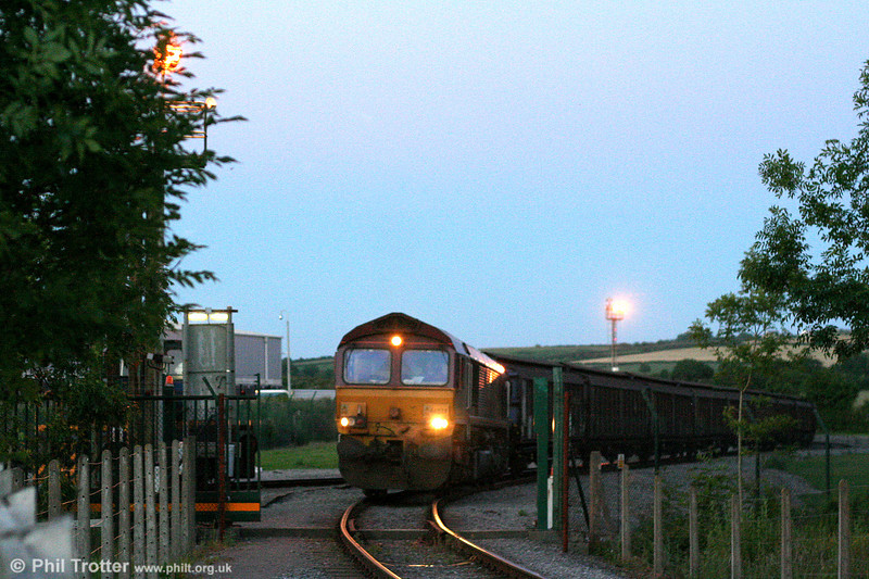 Night falls as 66039 emerges from the Ford plant at Bridgend with a slightly delayed 6B46, 2127 Bridgend Ford Sidings to Newport ADJ on 10th June 2008.
