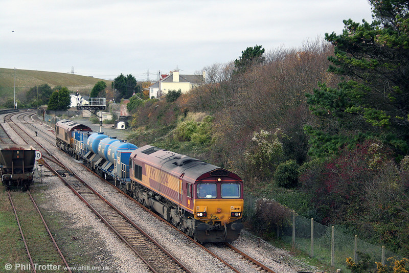 66044 passes Aberthaw with 'Water Cannon' RHTT 3S59, 1223 Bridgend to East Usk Yard via Ystrad Mynach on 9th November 2008.