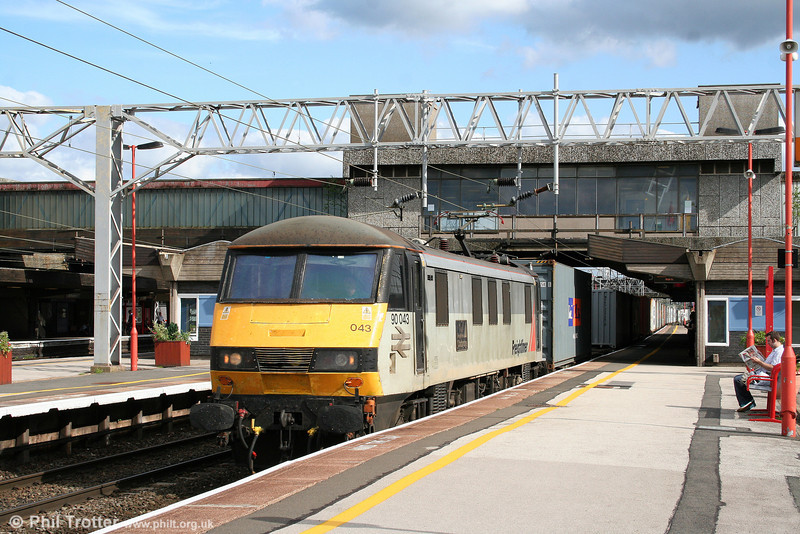 90043 'Freightliner Coatbridge' heads north through Stafford with 4M81, 0734 Felixstowe to Ditton on 5th August 2009.