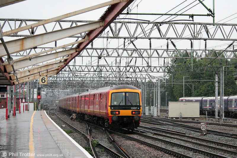 Postal unit 325007 passes Crewe at the rear of 1S96, Willesden Railnet to Shieldmuir on 16th July 2009.