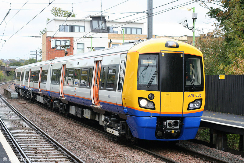 New 'Capitalstar' unit 378005 calls at Brondesbury forming the 1437 Stratford to Richmond on 24th October 2009.
