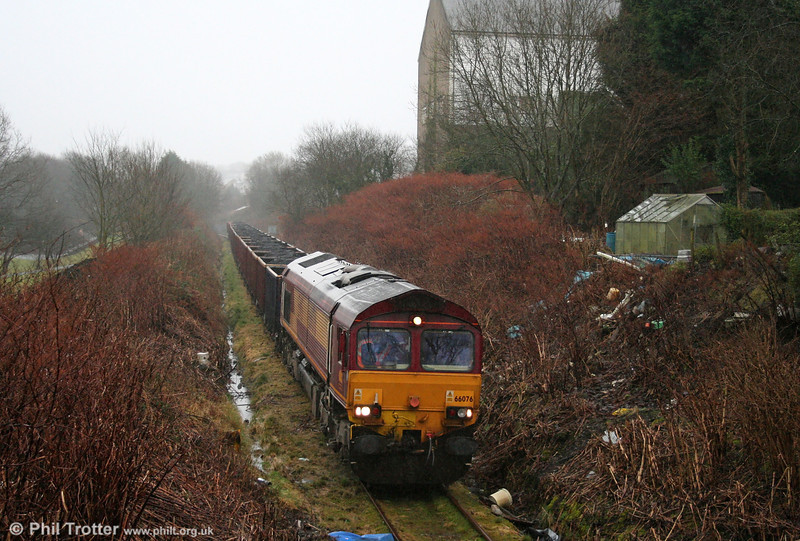 In heavy rain, 66076 heads back through Garnant with 6O07, 1500 Gwaun Cae Gurwen to Swansea Burrows Yard on 16th January 2009. Would people dispose of their rubbish in this way if they had a road at the end of their garden?