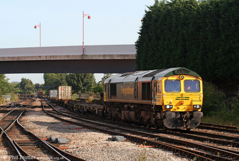 66590 enters Derby Yard with 4O54, 0613 Leeds to Southampton Freightliner on 6th August 2009.