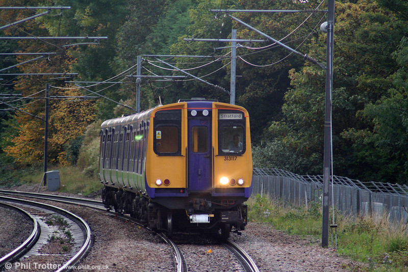313117 approaches Brondesbury forming the 1457 Richmond to Stratford on 24th October 2009.
