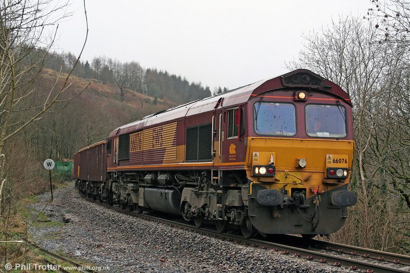 The following day, 17th January 2009, 66076 is seen at Brynteg Crossing on the steeply graded climb to Seven Sisters with 6F76, 1013 Parc Slip to Onllwyn.