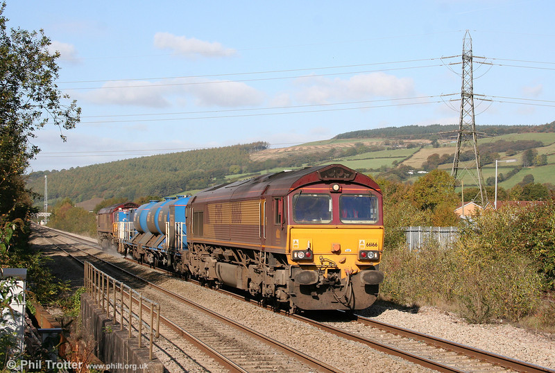 66166 and 66161 pass Pontyclun with 3S61, 1901 (previous night) Margam to Margam RHTT on 17th October 2009.