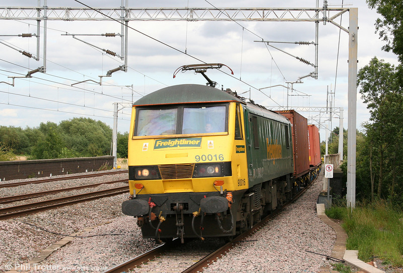 90016 approaches Tamworth with 4M81, 0734 Felixstowe to Ditton on 3rd August 2009.
