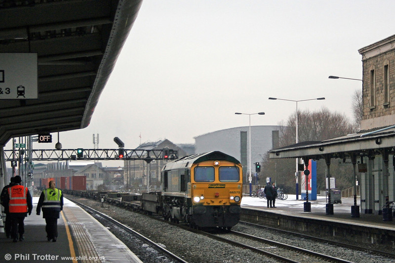 66575 passes through Swindon with 4O51, 1000 Wentloog to Southampton on 7th January 2009.