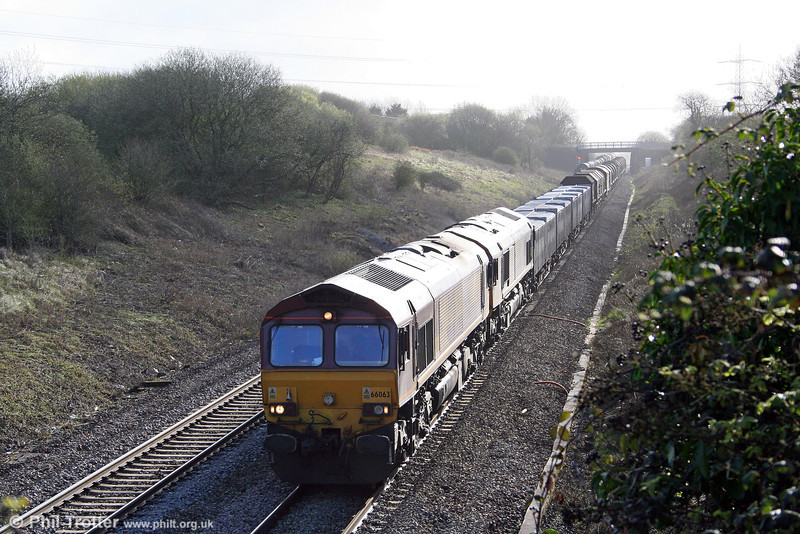 66063 and 66069 descend Stormy Bank with 6V19, 1722 (previous day) Immingham Sorting Sidings to Margam on 4th April 2009.