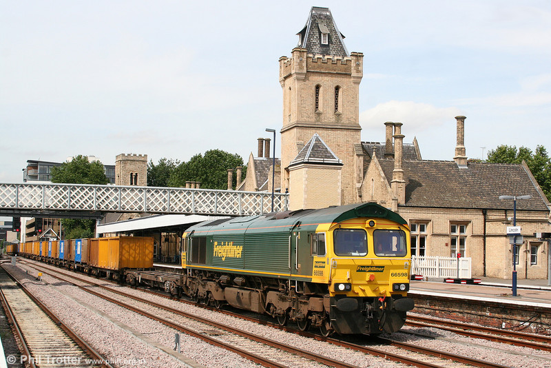 Manchester's rubbish: 66598 passes through Lincoln with 6E06, 0757 Bredbury RTS to Roxby loaded GMC 'binliner' on 6th August 2009.