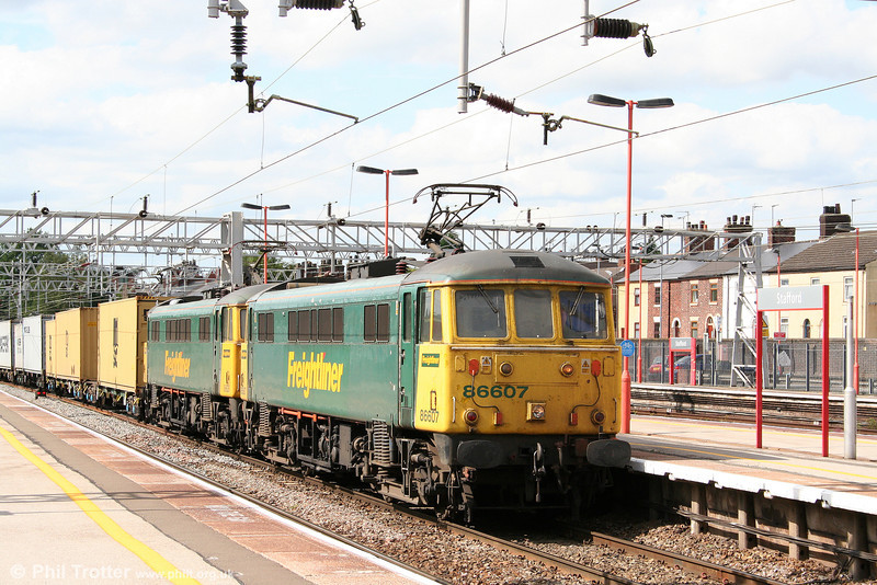 Two days later, 5th August 2009, the same working (4L92, 1403 Ditton to Felixstowe) is seen at Stafford in the charge of 86607 and 86628.