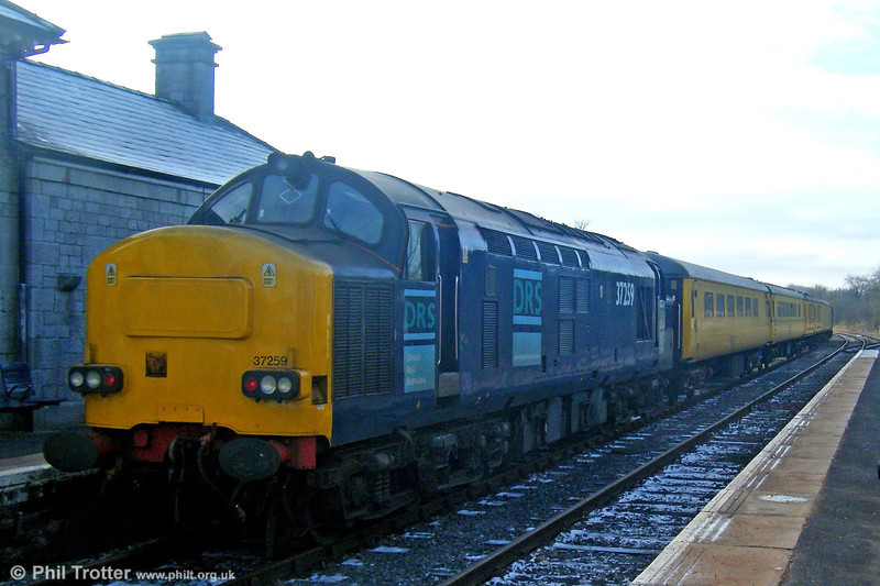DRS 37259 at Llandovery bringing up the rear of 1Z18, 0752 Shrewsbury to Llanelli Serco Test Train (headed by 37605) on 7th January 2009.