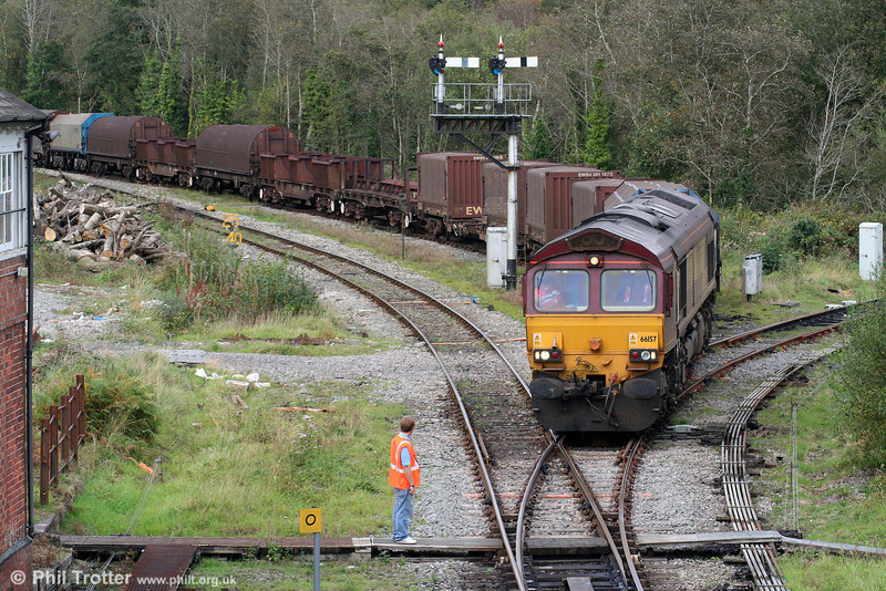 66157 leaves the Llynfi Goods Loop at Tondu with 6H26, 1430 Llanwern to Margam on 4th October 2009. The Garw Loop was out of use as a consequence of 60041 splitting the points earlier in the day.