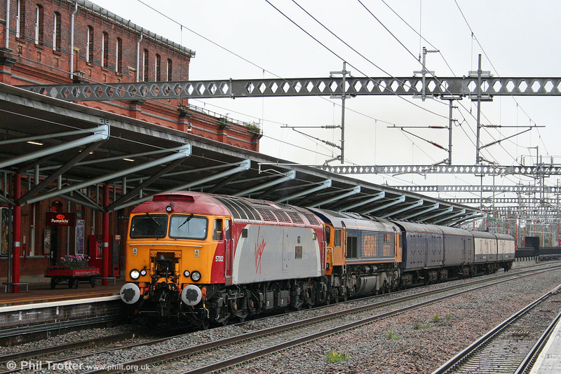 57302 'Virgil Tracy' and 66707 'Sir Sam Fay' pass Rugby with 5S57, 1032 Old Oak Common to Polmadie barrier coaches move on 3rd August 2009.