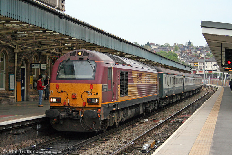 67025 'Western Star' calls at Newport with FGW's 2C89, 1900 Cardiff Central to Taunton on 24th April 2009.