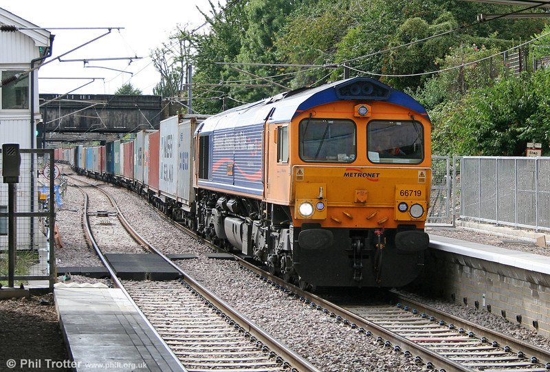 GBRf 66719 'Metro-Land' passes Dalston Kingsland with 4L22, 1252 Hams Hall to Harwich intermodal on 31st July 2010.