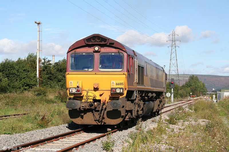 66015 approaches the stock of 1Z50, 0650 Crewe to Robeston, 'The Western Wales Explorer' which it will haul to Robeston on 18th September 2010.