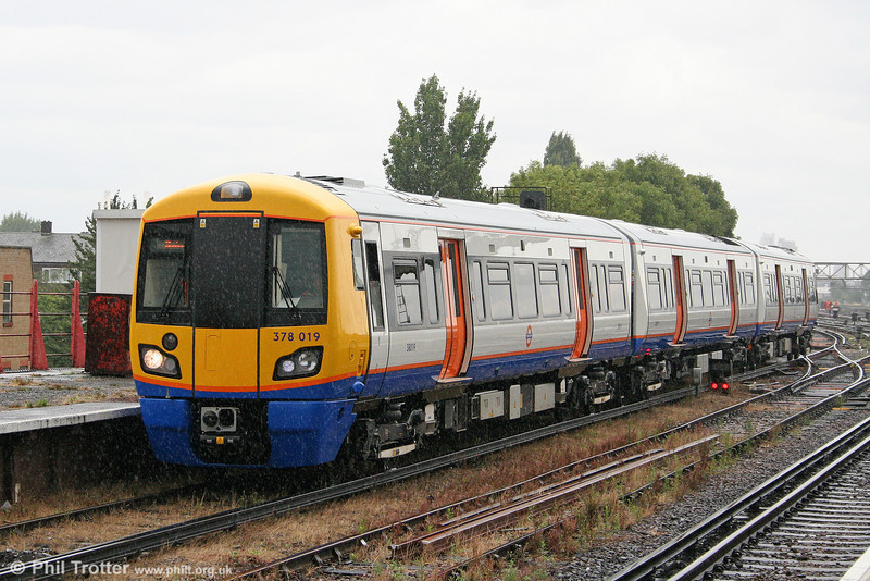 378019 arrives at a rainy Clapham Junction forming the 1453 from Willesden Junction on 7th August 2010.