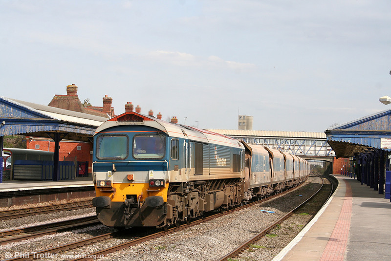 Hanson 59102 'Village of Chantry' in full sun at Newbury on 9th April 2010 heading 7C77, 1240 Acton Yard to Merehead.