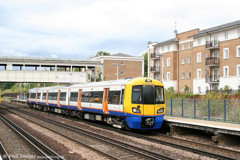 378022 calls at Kensington (Olympia) forming the 1408 Willesden Junction to Clapham Junction on 7th August 2010.