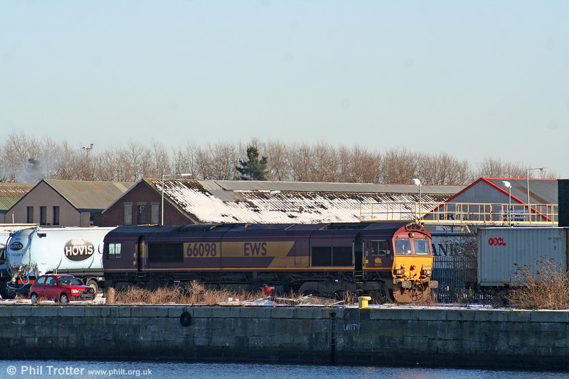 66098 sits on the quayside at Barry, having earlier arrived with 6B06, 0755 from Newport ADJ on 7th January 2010.