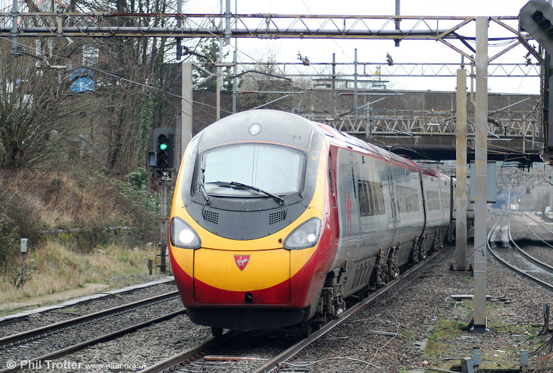 VWC's 1035 Manchester Piccadilly approaches Watford Junction on 20th March 2010.