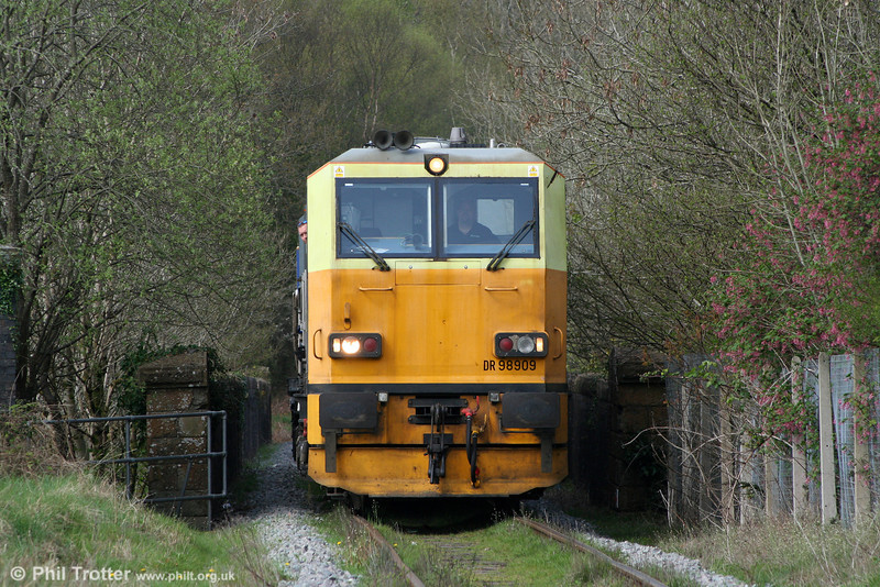 Network Rail's MPV DR98909+DR98959 approaches Gwaun Cae Gurwen Crossing with a weed killing run from Margam on 17th April 2011.