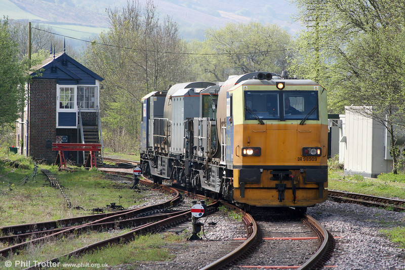 Network Rail's MPV DR98909+DR98959 runs onto the Gwaun Cae Gurwen branch at Pantyffynnon with weed killing run 6Z10 on 17th April 2011.