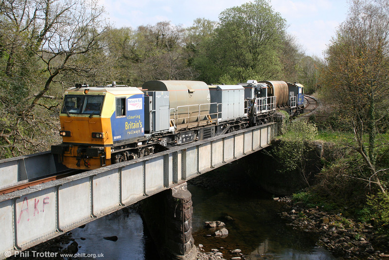 Network Rail's MPV DR98959+DR98909 crosses the River Amman at Pontamman with with the return weed killing run from Gwaun Cae Gurwen on 17th April 2011.