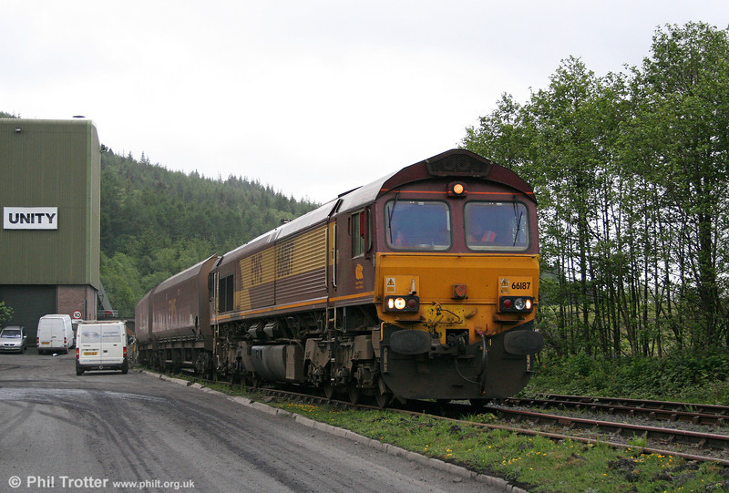 66187 arrives at the disposal point at Cwmgwrach to load the first train on 12th May 2011.