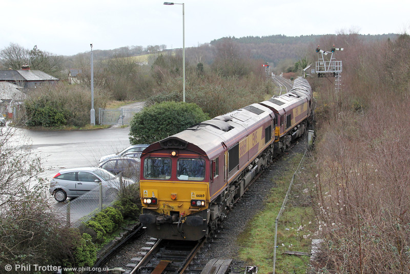 66169 arrives at Tondu with classmates 66092, 66004, 66096 and 66087 in convoy, running as 0B17, 1100 Margam to Newport ADJ on 21st January 2012.