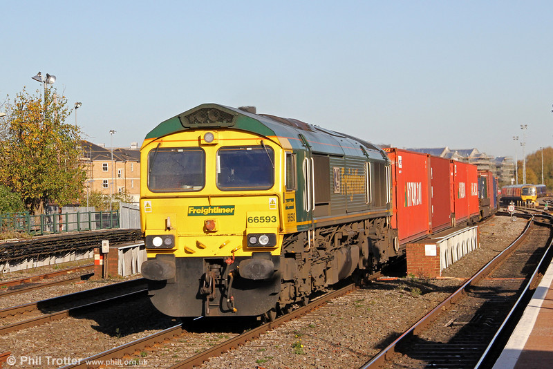 66593 '3MG Mersyside Multimodal Gateway'  passes Oxford with 4O54, 0504 Leeds Flt to Southampton on 27th October 2012.