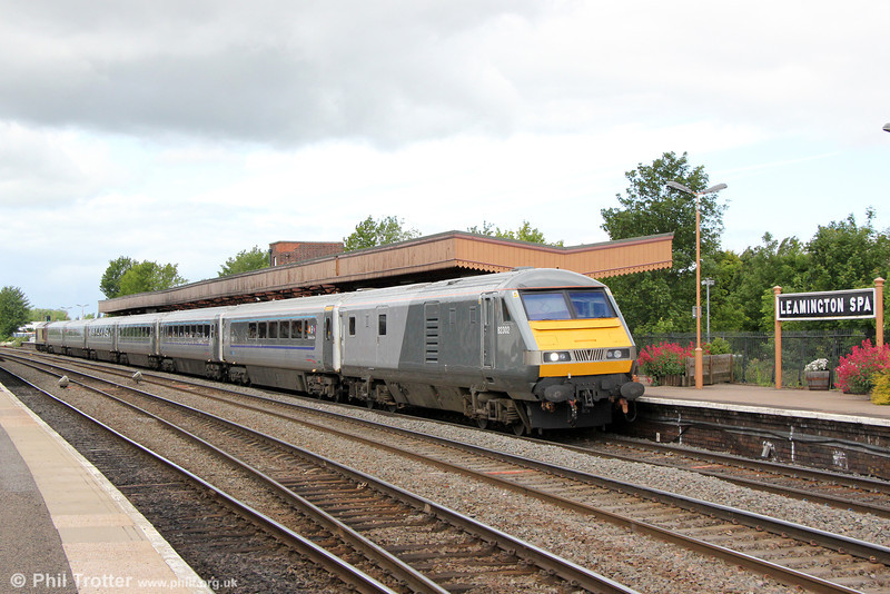 DVT 82302 heads Chiltern Mainline 1H13, 0910 KIdderminster to London Marylebone at Leamington Spa on 15th June 2013. Power was provided by 67017 'Arrow'.
