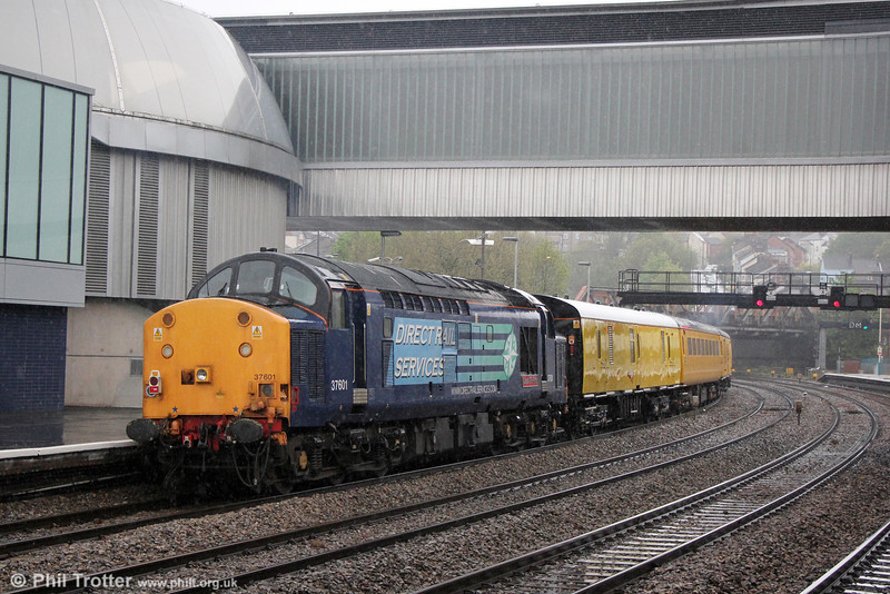 The new footbridge at Newport has reportedly begun to leak in the rain, so the weather on 14th May 2013 would have been a good test for it. 37601 'Class 37 - Fifty' departs at the rear of 1Z14, 1250 Derby RTC to Alexandra Dock Junction.